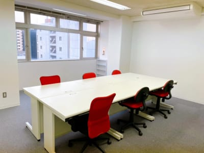 最大6名様利用可能 広々したオフィスです - レンタルスペースupdate新町 レンタルスペースupdateの室内の写真