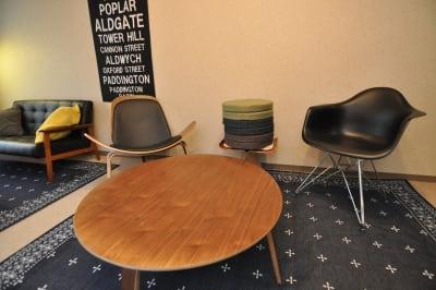 地べたでワイワイ楽しめるように丸型クッションも6個有り♪テーブルはイームズのプライウッドコーヒーテーブルです♪ - HAPPY SHARE HAPPY SHARE 金山店の室内の写真
