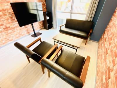 商談などでもご利用いただけるようにソファーセットも設置しています。 - レンタルスタジオBERRY 天神赤坂店(多目的スペース)の室内の写真