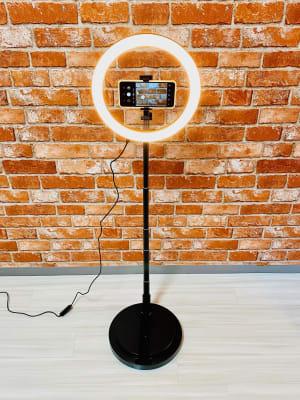 LEDライト付きスタンドは動画撮影や記念撮影などにご利用ください。 - レンタルスタジオBERRY 天神赤坂店(多目的スペース)の設備の写真