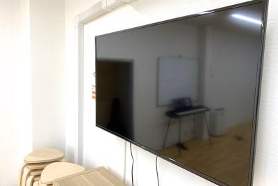 50インチモニター・YouTube視聴も可 - スタジオプシュケ相模大野店 レンタルスタジオの設備の写真