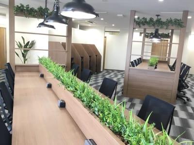 広々としたオープンスペースです。勉強やデスクワークに最適な環境です。 - ビステーション新橋 【コワーキング3】ドロップインの室内の写真