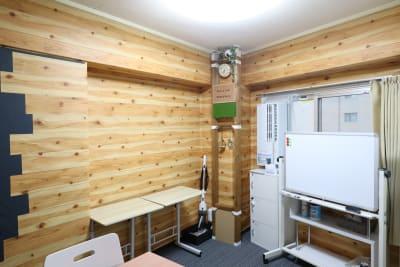 木目調の壁 - おうちWorkSpace武蔵小杉 ワークスペースの室内の写真
