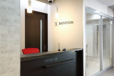 清潔感ある受付でコンシェルジュが皆様をお出迎え致します。 - ビステーション新横浜 個室ドロップイン5の入口の写真