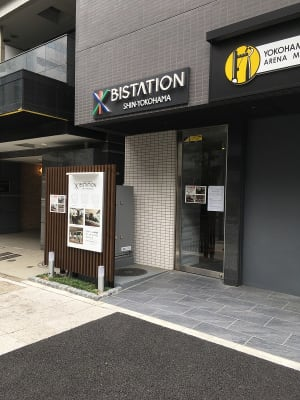 エレベーターホール内のインターホンでお呼び出しください。 - ビステーション新横浜 個室ドロップイン4の外観の写真