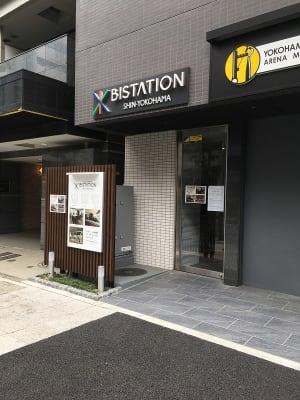 エレベーターホール内のインターホンでお呼び出しください。 - ビステーション新横浜 ミーティングルームの外観の写真