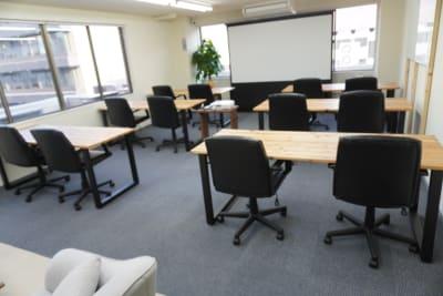 勉強会に便利なレイアウト。 - AOI BASE 会議室の室内の写真