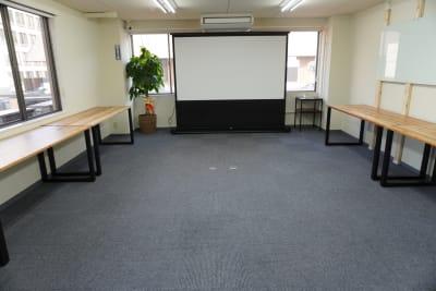 机をどかせば、広いスペースに。 - AOI BASE 会議室の室内の写真
