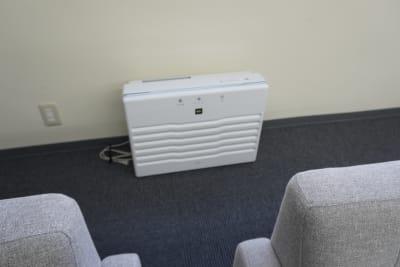 空気清浄機を設置、室内は光触媒コーティング済み! - AOI BASE 会議室の設備の写真