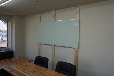 ガラス製のホワイトボードも設置。 - AOI BASE 会議室の設備の写真