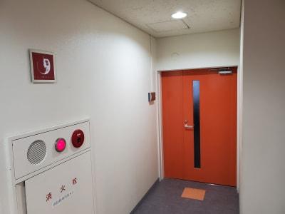 こちらがスペースの入り口です。赤い看板を目印に。 - AOI BASE 会議室の入口の写真
