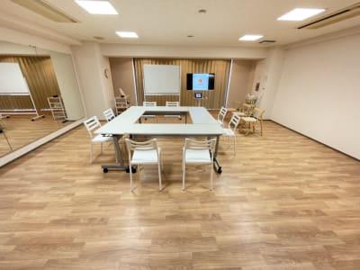机・椅子を置いてもスペースに余裕がある、狭過ぎないスペースです。 - レンタルスタジオケルス レンタルスタジオの室内の写真