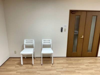 白い椅子が8脚、折りたたみ椅子が3脚、合計11脚椅子はご用意しております。 - レンタルスタジオケルス レンタルスタジオの設備の写真