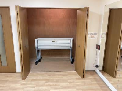 キャスター付きテーブル4脚あります。物入れに収納するので、スペースの邪魔になりません。 - レンタルスタジオケルス レンタルスタジオの設備の写真