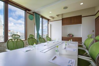 8名様仕様のスズラン会議室 ※ホームページからのお申込限定受付  詳細はお問い合わせくださいませ。 - Brilliantport ダリア会議室の室内の写真