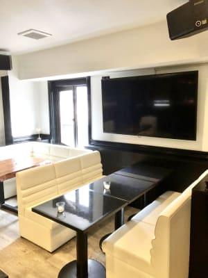 大型テレビ - 宴会場 芋場六本木 3階の室内の写真