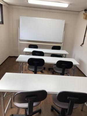 机4台、椅子10脚、ホワイトボード(両面使用OK) - 西田辺ビル2F、asfine 会議室、セミナー、勉強会、講座の室内の写真