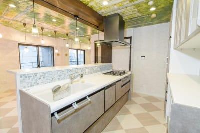 清潔感のある白いアイランドキッチンが素敵です - 水天宮リバーサイドスタジオ キッチン付きレンタルスタジオの室内の写真