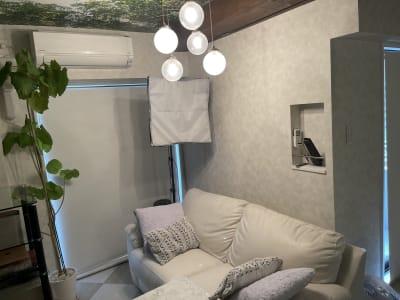 テレビコーナーには2名掛けソファ - 水天宮リバーサイドスタジオ キッチン付きレンタルスタジオの室内の写真