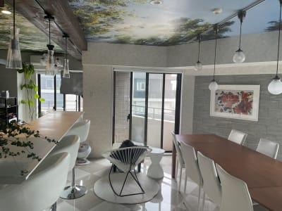 白を基調とした明るいリゾート感溢れるお部屋です。 - 水天宮リバーサイドスタジオ キッチン付きレンタルスタジオの室内の写真