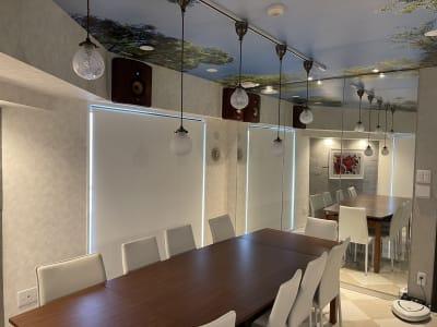 ロールスクリーンを下げることで明るさを調整できます。 - 水天宮リバーサイドスタジオ キッチン付きレンタルスタジオの室内の写真