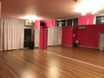 夜の室内も良い雰囲気です - レンタルスタジオPiatto越谷 Piatto越谷駅前店の室内の写真