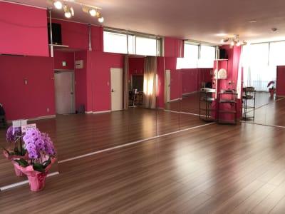 大きな鏡が壁に2面! ピンクを基調としたポップな内装のスタジオです - レンタルスタジオPiatto越谷 Piatto越谷駅前店の室内の写真