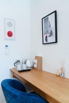 備え付けの冷蔵庫は「完全無音」のため、お仕事を一切妨げません! - RIKI.FLAT テレワークスペース【101】の室内の写真