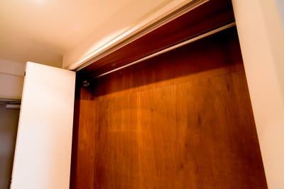 クローゼットつき、さらに室内にハンガーラックも用意しました。 - カジュアルスポット横浜台町 会議・長時間作業に最適の室内の写真