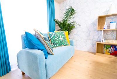 ソファでゆっくりご休憩いただけます。 - カジュアルスポット横浜台町 会議・長時間作業に最適の室内の写真