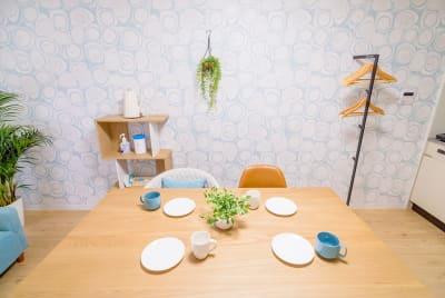 気のおけない仲間とティーパーティはいかが - カジュアルスポット横浜台町 会議・長時間作業に最適の室内の写真