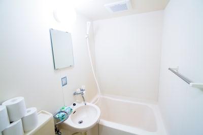 バス・シャワーをお使いいただけます(オプション) - カジュアルスポット横浜台町 会議・長時間作業に最適の室内の写真