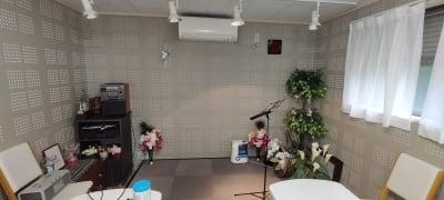 簡易ステージがあるので発表会やカラオケ、表彰などに最適♪ - レンタルルーム[シアター] 防音レンタルルームの室内の写真