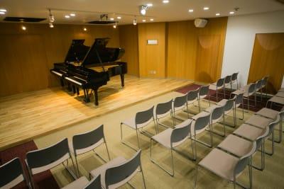 ピアノ2台(オプション料金) - ハーモニーホール ハーモニーホール(午後枠利用)の室内の写真