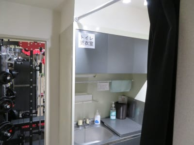 GYM-MAX:更衣室 - レンタルジムGYM-MAX レンタルトレーニングジムの室内の写真