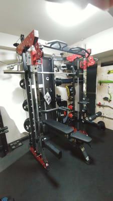 マルチファンクショナルスミスマシン プレートは140kg完備。 - レンタルジムGYM-MAX レンタルトレーニングジムの設備の写真