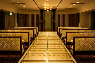 シーンに合わせて長椅子利用も可能。 - フォトスタジオ マッシュアップ ラグジュアリーの室内の写真