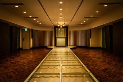 チャペルとしても 使用されていた ラグジュアリーな空間。 光の演出でシックな ラ - フォトスタジオ マッシュアップ ラグジュアリーの室内の写真