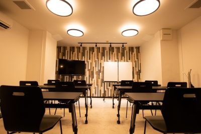 モニターとホワイトボード完備です。ご自由にお使いいただけます。 - CaReealize会議室 CaReealize京橋会議室の設備の写真