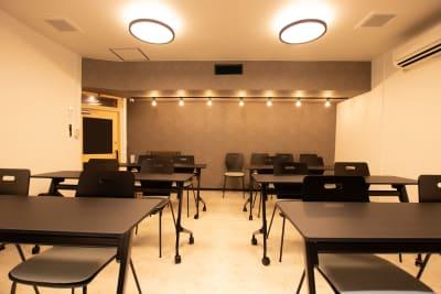 【土足禁止】 靴を脱いでご利用ください。 - CaReealize会議室 CaReealize京橋会議室の室内の写真