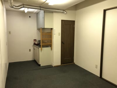 約8帖の控室・バックヤード(流し台・トイレ付き) - am Gallery OHTA 100㎡多目的オープンスペースの室内の写真