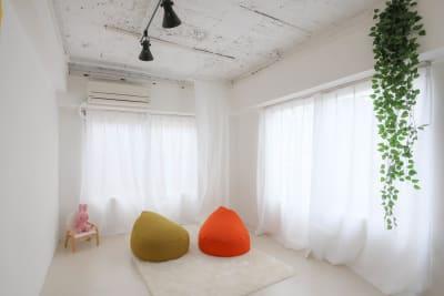 南と東向きに大きな窓があり自然光たっぷりです - スタジオcoco+(ココプラス)の室内の写真