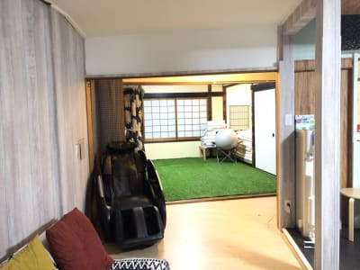 100平米以上の2階建て戸建を完全貸し切り可能。 キッチンも利用可能。マッサージチェアやダーツもご用意しております。 - 和彩家 一棟貸し切り 備品利用完全無料の入口の写真