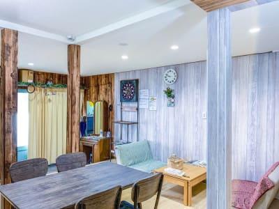 100平米以上の2階建て戸建を完全貸し切り可能。 キッチンも利用可能。マッサージチェアやダーツもご用意しております。 - 和彩家 一棟貸し切り 備品利用完全無料の設備の写真