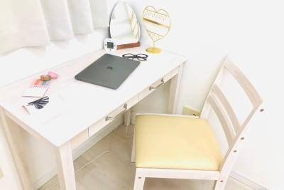 パーソナルデスクはテレワークや勉強にもお使いいただけます。背もたれと座面クッションがあるので、椅子の座り心地は良いです。 - マルチスペース Pave桜上水 多目的スペースの室内の写真