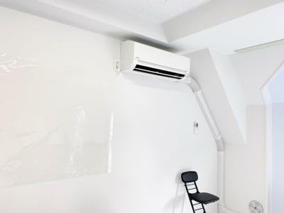 エアコンのリモコンは壁にあります。退出時はオフにして下さい。  壁は全面白です。窓を開けられますが、窓を開けた際は大きな音楽などをかけないようにご注意下さい。 - NINJA  竹下通り面貸しプライベートサロンの室内の写真