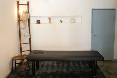 施術ベッド/ 寝心地を考慮した低反発マッサージベッド - 薬院のはこ レンタルサロン/レンタルスペースの室内の写真