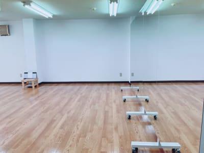 移動式の大型鏡です。   - Studio Puu レンタルスタジオの室内の写真