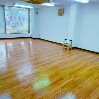 明るく大きな窓のある スタジオです。 広さは56.68平米。   - Studio Puu レンタルスタジオの室内の写真