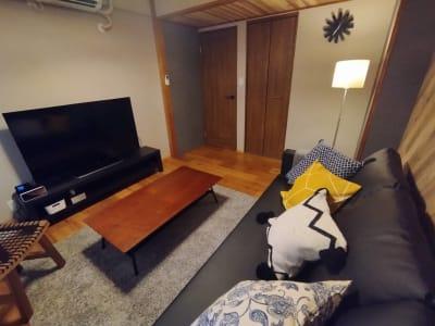 55型インターネット内蔵の大型テレビで映画鑑賞やオンライン飲み会、ミーティングも可能 - simasima古馬場の室内の写真